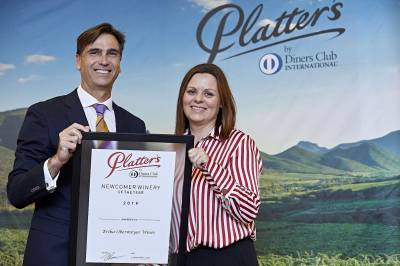 b2ap3_thumbnail_Platter-2019-Newcomer-Winery-of-the-Year--JP-Rossouw-presents-the-award-to-Erika-Obermeyer-2.jpg